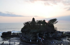 まさに海に浮かぶ『タナロット寺院』