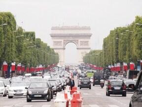 パリの伝統と活気を感じる、シャンゼリゼ通りと凱旋門