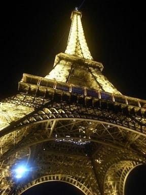 眩いほどの光のシャワー『夜のエッフェル塔』