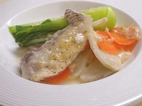 少し変わった魚料理を楽しみたいときは「鯛とチーズの蒸し煮」