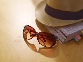 目に入る紫外線をサングラスでカットして、メラニンの生成を抑える