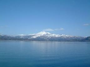 深さ日本一、透き通る青さにも感動の田沢湖