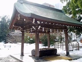 ステンドグラスが施された尾山神社へ