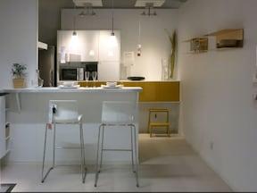 どんな空間にも合う白が基調のカウンターテーブル