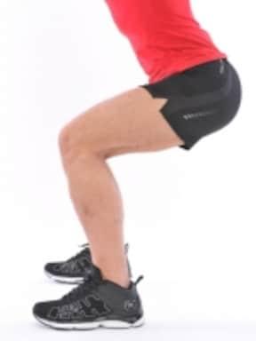 OK例:ポイントはつま先よりひざが前に出ないよう、ゆっくりしゃがむこと