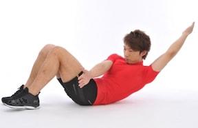 ひねりをきかせた腹筋運動「クロスチョップクランチ」でリンゴ型体型を変える