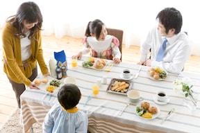 2.家族で食卓を囲む