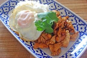 タイの食堂ごはん、鶏肉のニンニク炒め