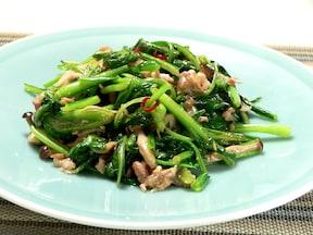 豚肉をプラス!おいしすぎる夏バテ対策レシピ!小松菜のニンニク炒め
