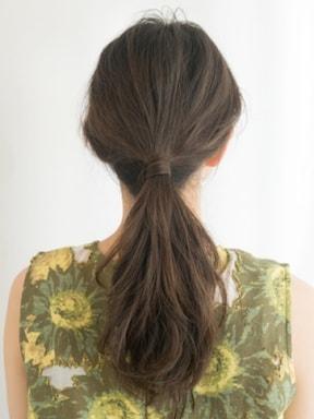 ヘアゴムの結び目を髪で隠す方法