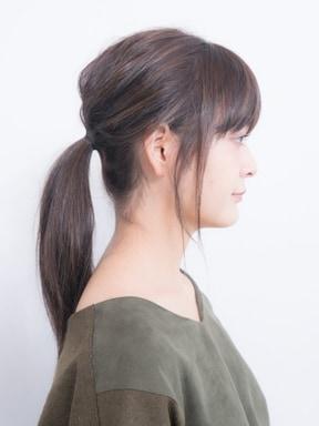 後れ毛をプラスして、トレンド感のある一本結び