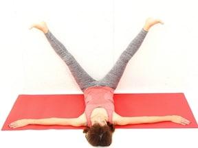 横たわり、壁に脚をつけてゆっくりと開脚