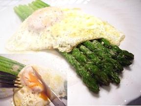 とろ~り卵が絡んで美味しい♪アスパラを使ったオードブルレシピ