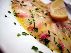 本格的なイタリアン料理「真鯛のカルパッチョ」レシピ