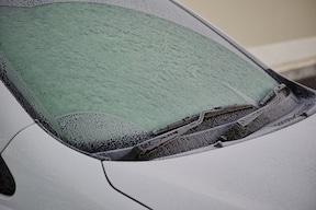 フロントガラスが凍る可能性もありますが、お湯は絶対にかけちゃダメ!
