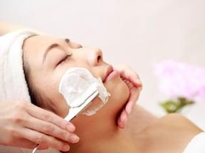 顔の毛を剃るときは、皮膚を引っ張りながら「上から下」へ