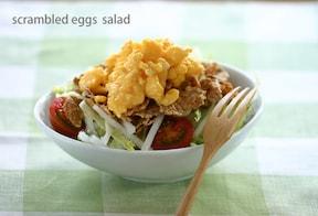 レンジで簡単!スクランブルエッグの満足サラダ