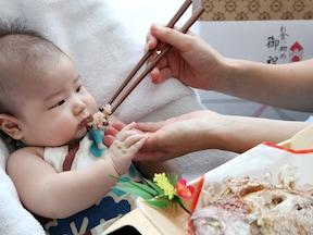 お食い初めは生後100日、子どもが食べ物に困らないことを祈って行う