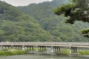 嵐山を代表する観光スポット「渡月橋」