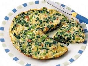 「小松菜たっぷりチーズオムレツのレシピ」 卵との相性が抜群!お
