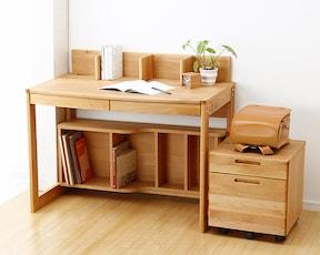 和室に無印のシンプルな学習机を置いてみました。 和室にこういったテイストの家具はよく合うと思います。