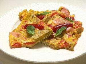 ポテトチップと魚肉ソーセージのオムレツ