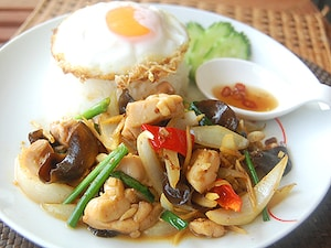タイ風鶏肉の生姜炒めごはん