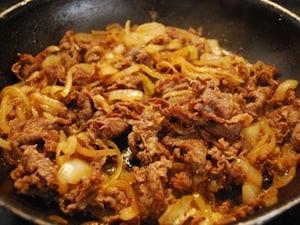 牛肉とたまねぎの甘辛炒め