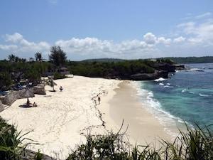 バリの離島ヌサ・レンボンガンのドリームビーチ(インドネシア)