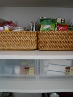 ポリプロピレン収納ケースとバスケットに食品や布巾を収納