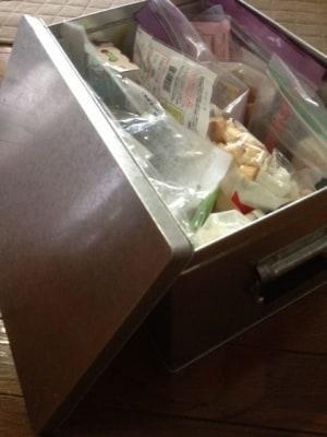 トタン製の蓋付きボックスが、乾物入れとして大活躍