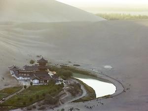 【中国】砂漠にぽつんと佇む城と湖、「月牙泉」