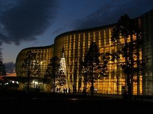 夜景も美しい「国立新美術館」