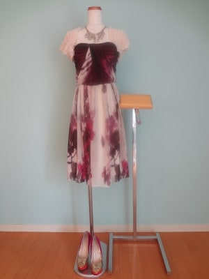 やわらかタッチのフラワー柄がキュートなパープル系ドレス