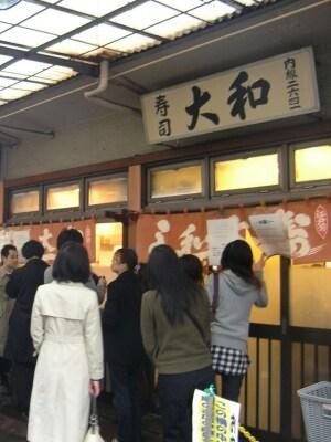 行列の出来る「大和寿司」