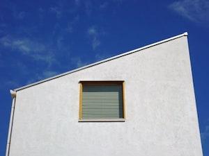 最近多い「片流れ(かたながれ)屋根」