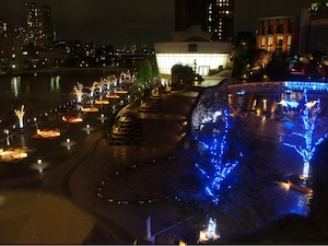 テラスでまったり夜桜見物ができる晴海トリトンスクエア