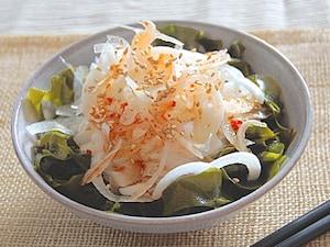 新玉葱とわかめの中華風サラダ