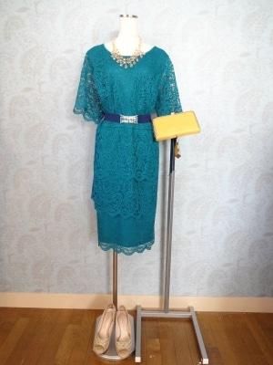 ボックス型のドレスにベルトで着やせ効果を