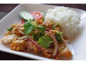 タイのKFC風、フライドチキンのハーブ和え