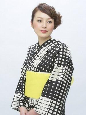 モノトーンの浴衣×黄色い帯