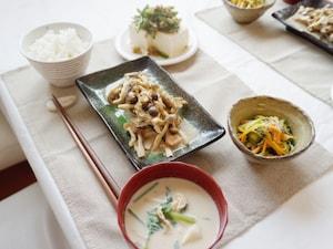 秋の味覚満載の鮭とキノコの味噌マヨ蒸し定食