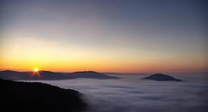 幻想的な日の出の街「モトブン」