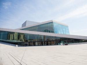 美しい北欧建築デザイン、世界初「屋根を歩ける」オペラハウス