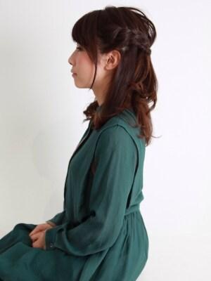 広がる髪には編み込みハーフアップ