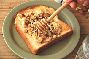 ナッツとカマンベールチーズのハニートースト