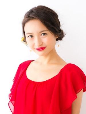 真紅のドレスに映えるセレブ風まとめ髪