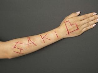 メイクで再現!傷の作り方