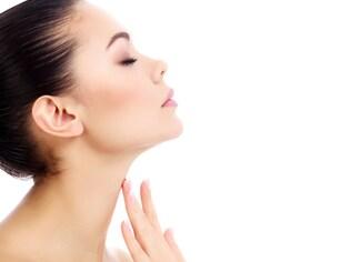 年齢が出やすい「首のシワ」原因と解消法