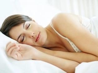 裸で寝れば節電にも?エアコン・パジャマの最適な使い方